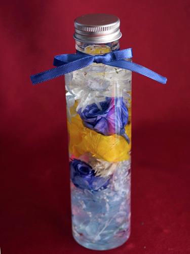 青いバラのハーバリウムが完成したところ