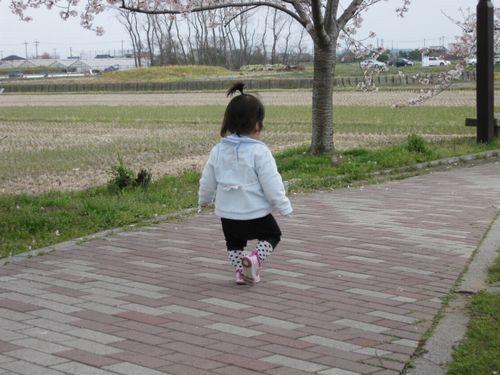 幼児が一人でお散歩