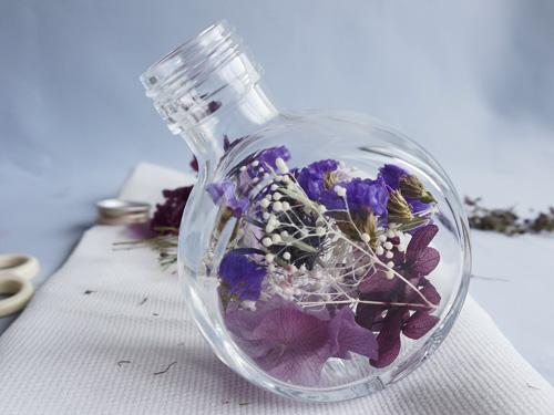 パープル系のハーバリウム、花材を入れたところ