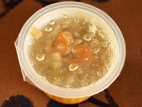 奥入瀬ごぼう入り野菜スープが容器に入っている