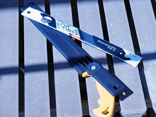 ケースに入れられた金切りノコギリと替刃