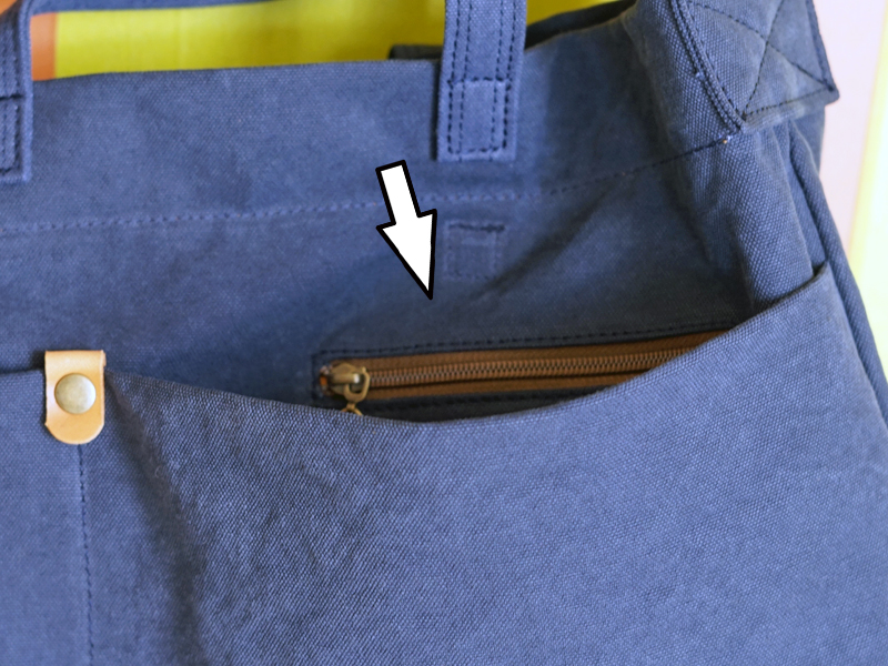 A4サイズが入る倉敷帆布のヨコ型ショルダーの外側のポケットの中にあるファスナー付きポケット