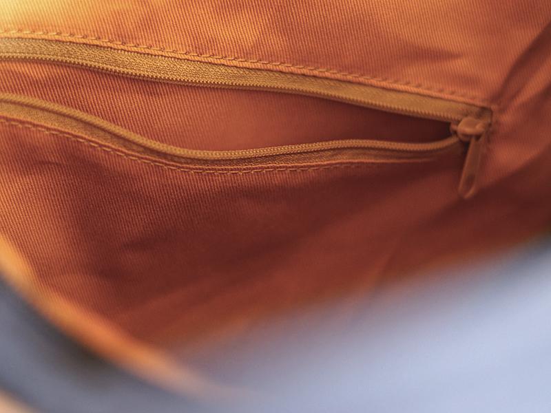 A4サイズが入る倉敷帆布のヨコ型ショルダーの内側のファスナー付き横長ポケット