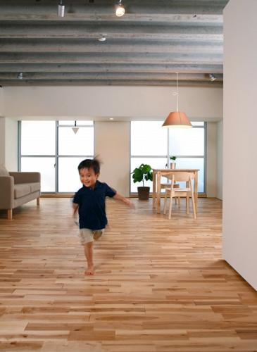 室内で走る子供の姿