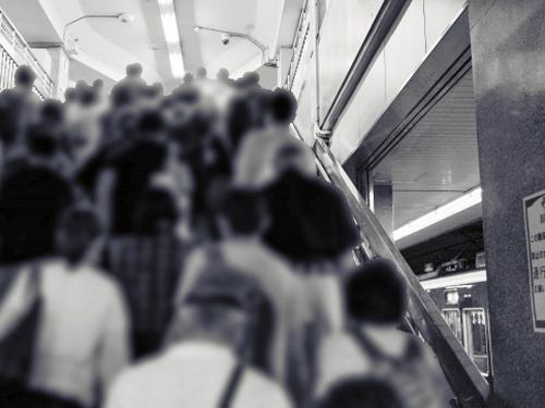 通勤ラッシュ時の階段